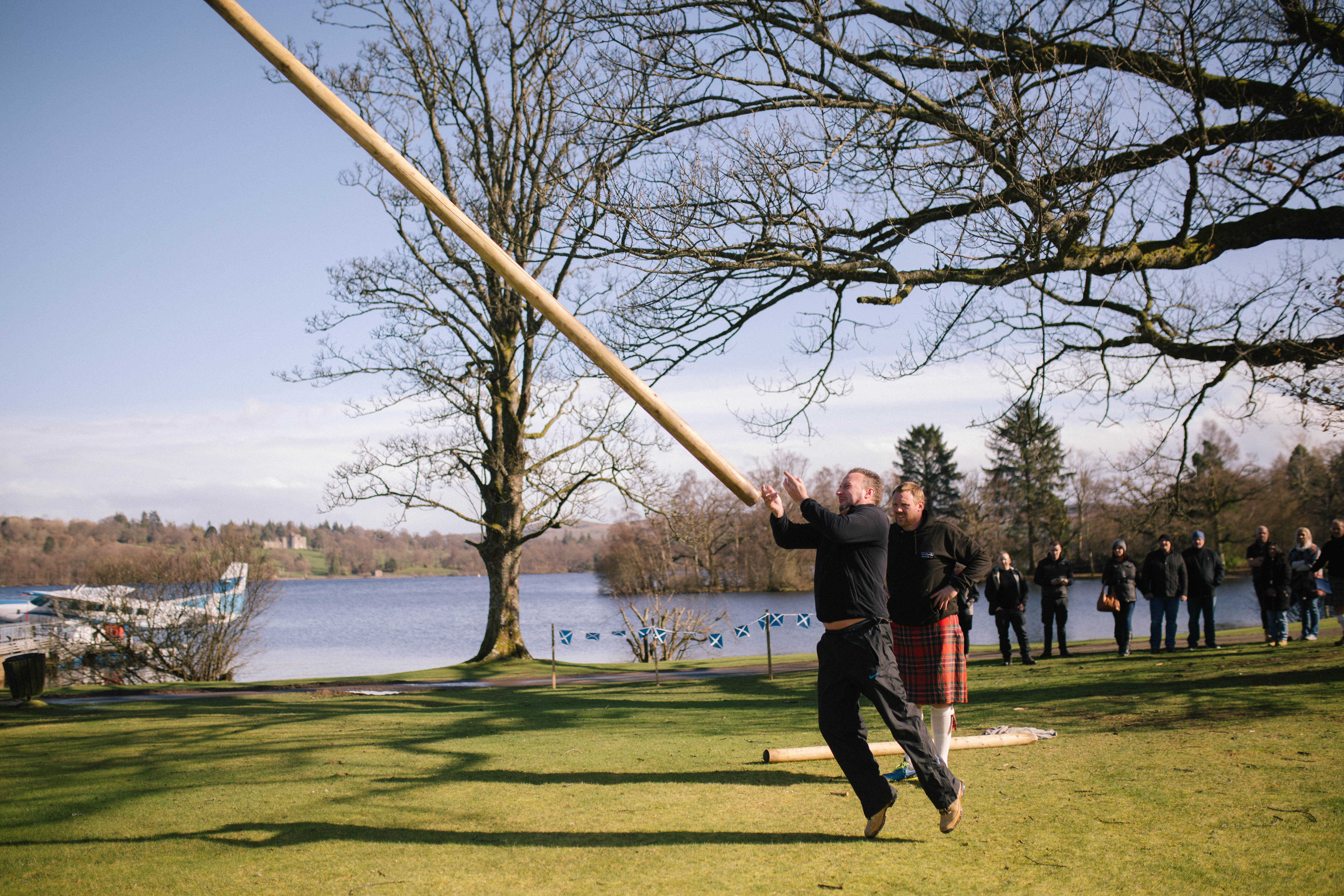 Teambuilding toss the caber