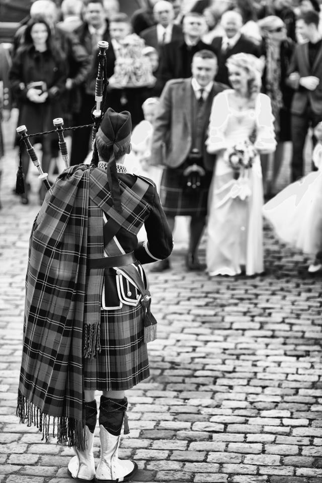 scottish wedding bagpiper